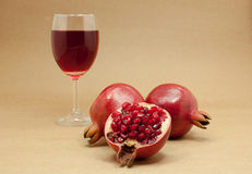 Pomegranatefruktsaft i ett wineexponeringsglas Royaltyfri Fotografi