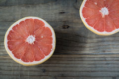 Pomelo cortado en la tabla de madera Imagen de archivo libre de regalías