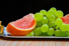 Pomelo cortado y uvas listos para ser servidor Fotografía de archivo