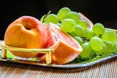 Pomelo cortado y uvas listos para ser servidor Fotos de archivo libres de regalías