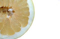 Pomelo del primer cortado aislado en el fondo blanco foto de archivo