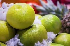 Pomelo grande, delicioso, apetitoso en el fondo de otras frutas foto de archivo libre de regalías