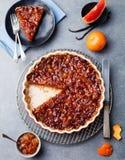 Pomelo, naranja, tarta del limón, migaja en plato Imágenes de archivo libres de regalías