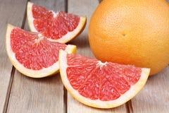 Pomelo rojo cortado Imagenes de archivo
