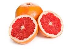 Pomelo rojo rebanado en blanco Foto de archivo