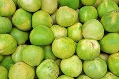 Pomelo verde en el mercado Fotos de archivo libres de regalías