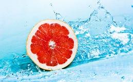 Pomelo y agua Fotografía de archivo libre de regalías