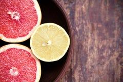 Pomelos con los limones en un cuenco Imagen de archivo libre de regalías
