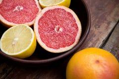 Pomelos con los limones en un cuenco Foto de archivo libre de regalías