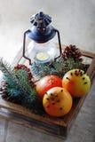 Pomelos de la Navidad en caja de madera Imagenes de archivo