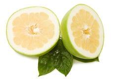 Pomelos jugosos frescos con las hojas verdes Imágenes de archivo libres de regalías