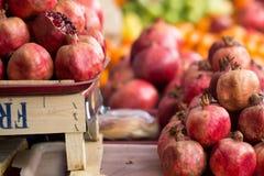 Pomergranates bij fruitmarkt Stock Fotografie