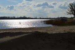 Pomeriggio adorabile in autunno Vista sopra l'acqua, il IJsselmeer immagini stock libere da diritti