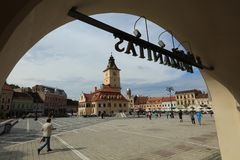 Pomeriggio al quadrato del Consiglio di Brasov - la Romania fotografia stock