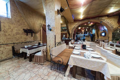 有舒适内部的葡萄酒餐馆Pomestie 免版税库存图片