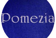 pomeziaen som är skriftlig av en italiensk stad med, blänker stilsorten Royaltyfria Bilder