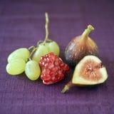 Pomgranate y uvas de los higos Imágenes de archivo libres de regalías