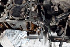 Pomiar średnica szpilka Camshaft zamknięty up, Cztery klapa na butla system Zdjęcie Stock