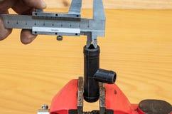 Pomiar trójnik średnica używać calipers obraz stock