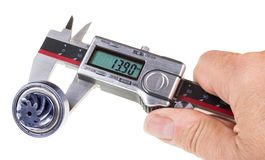 Pomiarowa średnica gearwheel altana cyfrowymi calipers obraz stock