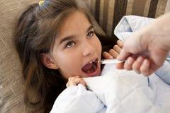 Pomiarowa małej dziewczynki febra zdjęcie royalty free