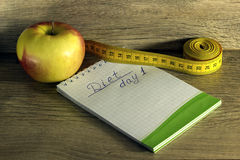 Pomiarowa taśma zawijająca wokoło czerwonego jabłka Fotografia Royalty Free