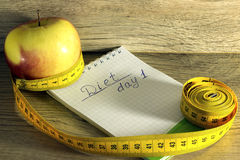 Pomiarowa taśma zawijająca wokoło czerwonego jabłka Zdjęcie Stock