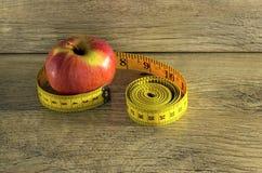 Pomiarowa taśma zawijająca wokoło jabłka Fotografia Royalty Free