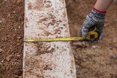 Pomiarowy beton przy budową z taśmy miarą Zdjęcie Royalty Free