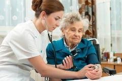 Pomiarowy ciśnienie krwi starsza kobieta Fotografia Stock