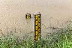 Pomiarowych poziomów wody szyldowy filar obraz stock