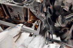 Pomiaru caliper średnica szpilka Camshaft zamknięty up, Cztery klapa na butla system Fotografia Stock