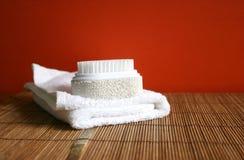 Pomici la spazzola e l'asciugamano ad una stazione termale - salute e bellezza Fotografia Stock
