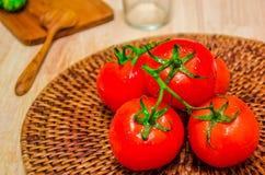 Pomidor na drewnianej desce fotografia stock