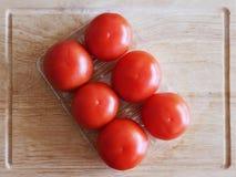Pomidor na tnącej desce Obraz Stock