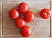 Pomidor na tnącej desce Obrazy Stock