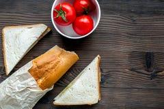 Pomidor z chlebem i kanapką na stołowym tło odgórnego widoku egzaminie próbnym up Obraz Stock