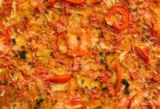 Pomidorowa pizza z cebulkowymi i mięsnymi tło Zdjęcie Royalty Free
