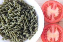 Pomidorowa polewka, Tricolors makaron, włoski makaron, miarowy makaron, mini skorupa makaron, Zdjęcia Stock