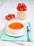 Pomidorowa polewka z pomidorami na białym stole Zdjęcia Royalty Free