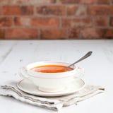 Pomidorowa polewka z pomidorami na białym stole Zdjęcie Stock