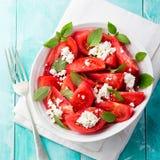Pomidorowa sałatka z basilu, sera, oliwa z oliwek i czosnku opatrunkiem, tła drewniany błękitny Odgórny widok Obraz Stock