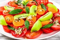 Pomidorowa sałatka z oliwa z oliwek i ziele zamaczamy, zbliżenie Zdjęcie Royalty Free