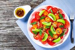 Pomidorowa sałatka z kiwifruit, opatrunkowy oliwa z oliwek Obraz Royalty Free