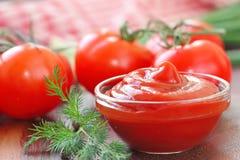Pomidorowego kumberlandu ketchup z seasonings w szklanym pucharze Obrazy Royalty Free