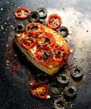 Pomidorowy crostini z dodatek czarnymi oliwkami ziele i Obraz Stock