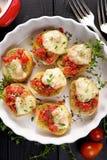 Pomidorowy crostini z mozzarella serem, oregano i świeżą macierzanką, Zdjęcia Royalty Free