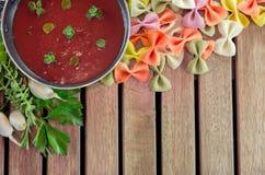 Pomidorowy kumberland w niecce z makaronem Obrazy Royalty Free
