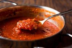 Pomidorowy kumberland z łyżką w metal niecce fotografia stock
