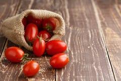 Pomidorowy odżywiania warzywo na drewnianym frontowym widoku Obraz Royalty Free